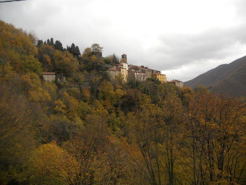 Bella veduta del Castello di Sambuca dal sentiero che porta a Taviano
